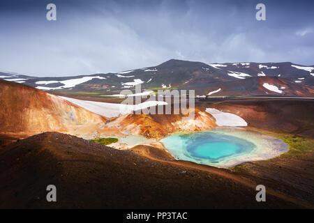 Dans l'acide lac chaud vallée géothermique Leirhnjukur, près du volcan Krafla, l'Islande, l'Europe. Photographie de paysage