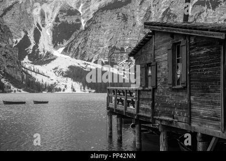 Vue d'un dock pier en dolomites lac de Braies Banque D'Images