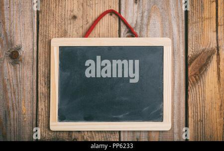 Retour à l'école. Tableau Blanc avec cadre en bois sur fond de mur, copy space