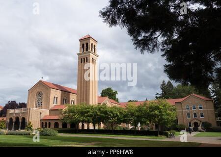 L'église et clocher de l'Abbaye de Mount Angel à Mount Angel, Oregon, USA.
