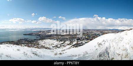 Panorama de la ville de Petropavlovsk-kamtchatski du sommet de la colline Mishennaya en hiver par temps ensoleillé Banque D'Images