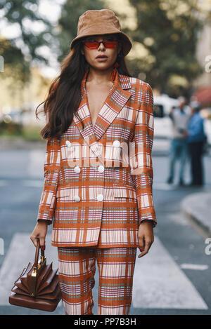 Milan, Italie - 23 septembre 2018   Street style vêtements avant de Giorgio  Armani fashion 99036ae8336