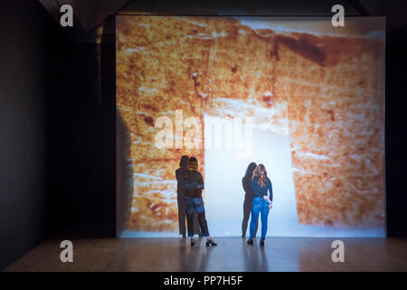 La Tate Britain, Londres, Royaume-Uni. 24 Septembre, 2018. Une exposition des travaux par les quatre artistes sélectionnés du Turner Prize: Forensic Architecture, Naeem Mohaiemen, Charlotte Prodger et Luc Willis Thompson s'ouvre à la Tate Britain. Le 2018 ajouter rassemble les œuvres de quatre artistes contemporains travaillant avec le film et la vidéo, en utilisant le moyen de raconter des histoires de différentes façons. Credit: Malcolm Park editorial/Alamy Live News Banque D'Images