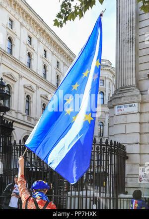 Downing Street, Westminster, London, 24 Sep 2018. Anti-Brexit et manifestants pro-UE avec les drapeaux et des pancartes manifester devant Downing Street comme ministres du Cabinet dans l'entraînement pour les réunion du Cabinet à la résidence officielle du Premier Ministre. Credit: Imageplotter News et Sports/Alamy Live News Banque D'Images