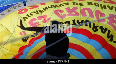 L'équipage d'un ballon à air chaud avant de préparer une démonstration en vol Palma de Majorque. Banque D'Images