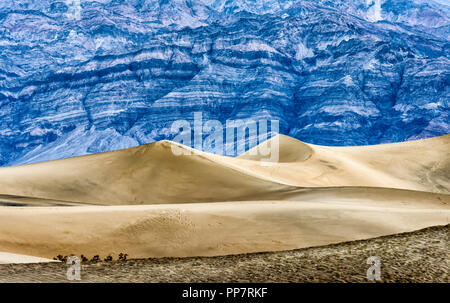 Crépuscule à la télévision Mesquite Sand Dunes avec l'Amargosa montagnes en arrière-plan, Death Valley National Park