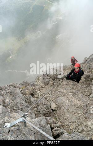 Deux jeunes femmes attrayantes d'alpinistes dans les Dolomites de l'italie Banque D'Images