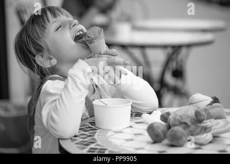 Cute little girl eating ice cream Banque D'Images