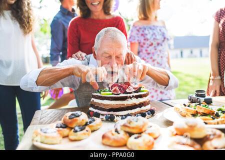 Fête de famille ou une garden-party à l'extérieur dans la cour. Banque D'Images