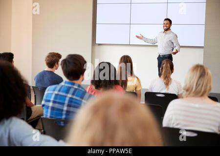 Présentation de l'enseignant de donner à l'école secondaire en classe d'affichage Banque D'Images
