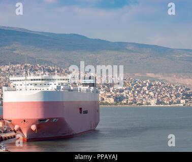 La proue d'un grand des RORO (ro-ro) ou porteur de voiture bateau amarré dans un port Izmir, Turquie Banque D'Images