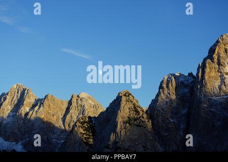 Lune sur les montagnes, vue depuis le col de montagne Vršič en automne, la Slovénie Banque D'Images