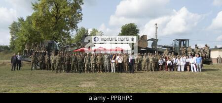 Des soldats américains affectés au 397e bataillon du génie, 372e, 416e Brigade Ingénieur Ingénieur conduite commande Théâtre la ferme château 18 cérémonie de clôture aux côtés du 101e bataillon du génie, de l'Armée royale des Pays-Bas; et la 10e Brigade, ingénieur à l'appui des Forces terrestres roumaines de résoudre l'Atlantique au Centre national de formation conjointe à Cincu, la Roumanie, le 29 août 2018. La cérémonie célébrée par les unités militaires et les membres de la communauté locale a marqué la fin d'une multinationale de 6 mois, la formation commune pour l'exercice de l'armée américaine et les ingénieurs de l'OTAN à l'appui de la résolution de l'Atlantique. Banque D'Images