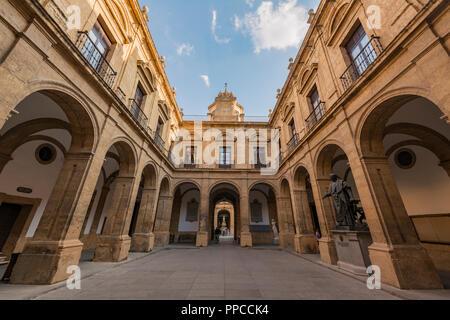 Cour intérieure de style néo-classique avec arcade, Université, ancienne usine de tabac Royal, Real Fábrica de Tabacos de Sevilla, Séville Banque D'Images