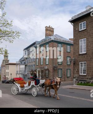 Transport prêt à aller chercher les touristes pour une visite. Quartier de la ville dans le Vieux Québec avec des maisons en pierre de l'angle d'une rue sur la Rue D'Auteuil, Québec. Banque D'Images