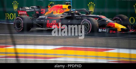 Une formule 1 Red Bull Racing Voiture de course aux puits de sortie de la Marina Bay Street Circuit dans Singapour 2018 Banque D'Images