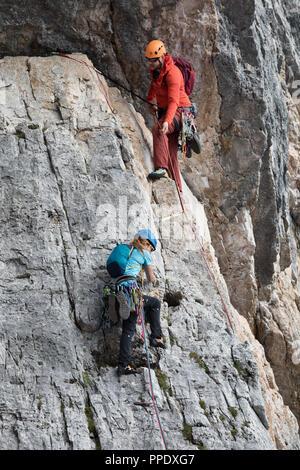 Cortina d'Ampezzo, Italie - le 17 août 2018: un homme et une femme grimper avec leurs mains nues et des cordes, au sommet d'une paroi rocheuse. Location Cinque Torri, N Banque D'Images