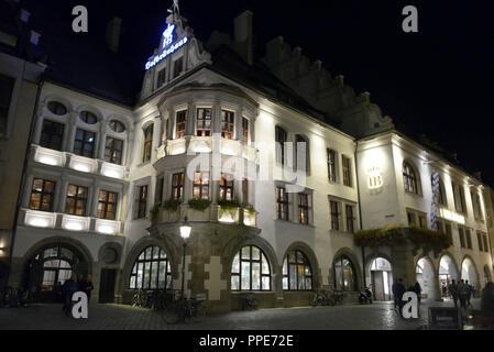 Le Hofbraeuhaus am Platzl dans la vieille ville de Munich dans la nuit. Banque D'Images