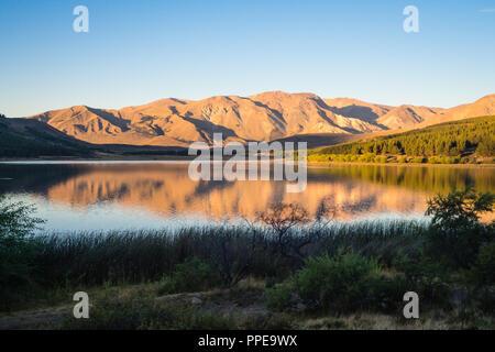 Coucher du soleil à Laguna La Zeta dans Esquel, Argentine. Patagonie Banque D'Images