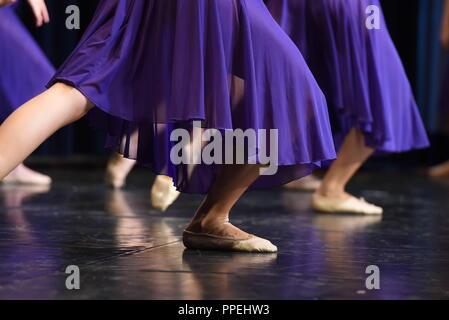 """Les jeunes danseurs de ballet au concours régional """"Jugend tanzt"""" de l'Association fédérale allemande de la danse (Deutsche Bundesverband Tanz - DBT) dans le Anton-Fingerle Centre à Giesing. Banque D'Images"""