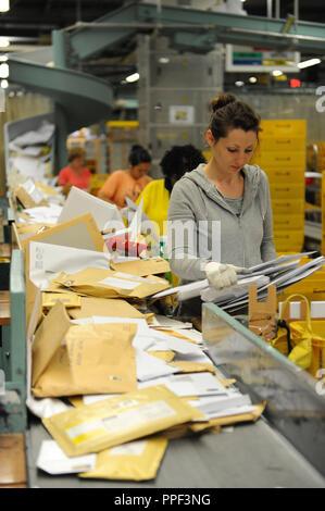 Employés dans le centre de courrier de Deutsche Post AG dans le Arnulfstrasse à Munich. Banque D'Images