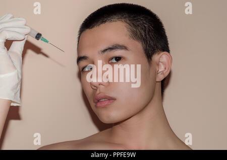 Jeune homme au beau visage après le traitement de l'acné et boutons, après de face avec des cicatrices et des rides par l'acné la dépose. La peau lisse de traitem par Banque D'Images