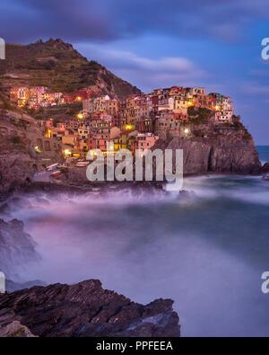 Le village médiéval de Manarola dans les Cinque Terre, ligurie, italie Banque D'Images