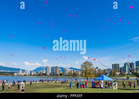 Pétales de cerisier Kite Danse, Cherry Blossom Festival, Vanier Park, Vancouver, British Columbia, Canada Banque D'Images
