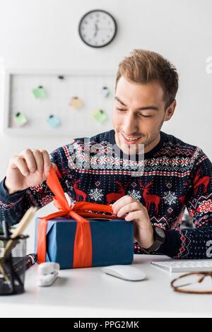 Portrait de Noël en boîte cadeau ouverture chandail Banque D'Images