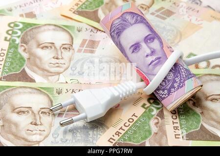 Réseau électrique sur l'arrière-plan de l'argent de l'Ukraine hryvnia. Le concept et le symbole de l'augmentation des prix et tarifs d'électricité Banque D'Images