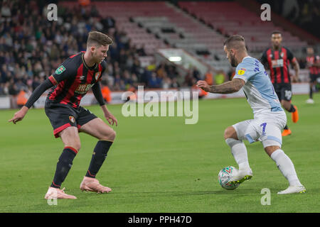 Adam Armstrong de Blackburn Rovers prend sur Jack Simpson de Bournemouth, au cours de l'EFL Carabao Cup 3ème tour entre Bournemouth AFC Blackburn Rovers et à l'épanouissement Stadium, Bournemouth, Angleterre le 25 septembre 2018. Photo de Simon Carlton. Usage éditorial uniquement, licence requise pour un usage commercial. Aucune utilisation de pari, de jeux ou d'un seul club/ligue/dvd publications. Banque D'Images