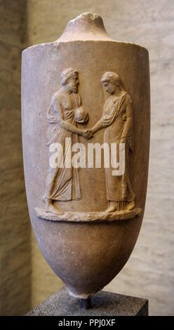 L'art grec Lekythos Munich. Monument tombe sous la forme d'une fiole d'huile (lekythos). Environ 370 BC. En tant que de chanter leur attachement le couple tendre la main. Gyptothek. Munich. L'Allemagne.