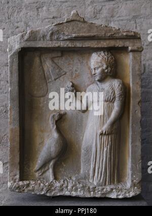 L'art grec tombe de Plangon 'doll'. Environ 310 BC. La jeune fille est titulaire d'un oiseau et une poupée. Glyptothèque. Munich. L'Allemagne.