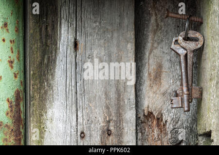 Des sons vintage. Old rusty keys sur fond de bois. Banque D'Images