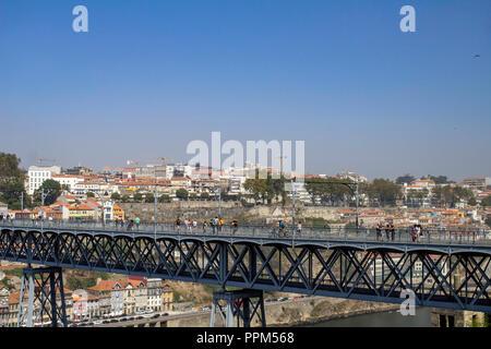 Porto, Portugal.touristes traversant le pont Maria Pia. Le pont a été achevé en 1887.nommé d'après la reine maria Pia (1847-1911) Banque D'Images