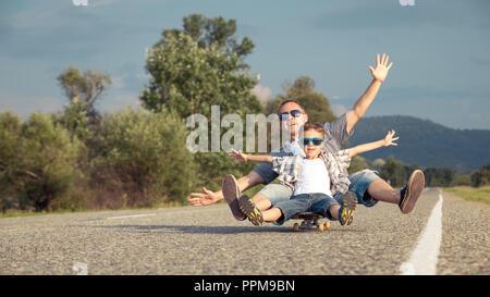 Père et fils jouant sur la route, à la journée. Les gens s'amuser à l'extérieur. Concept de famille accueillante. Banque D'Images