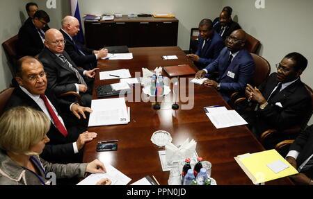 New York City, USA. 26 Sep, 2018. La VILLE DE NEW YORK, USA - 26 septembre 2018: le ministre russe des affaires étrangères Sergei Lavrov (2L), Représentant permanent de l'ONU Vassily Nebenzia (3L), sous-ministre des Affaires étrangères, Grigory Karasin (4L), et le président de la Guinée équatoriale Teodor Obiang Nguema Mbasogo (R) au cours d'une réunion dans le cadre de la 73e session de l'Assemblée générale des Nations Unies. Alexander Shcherbak/crédit: TASS ITAR-TASS News Agency/Alamy Live News Banque D'Images