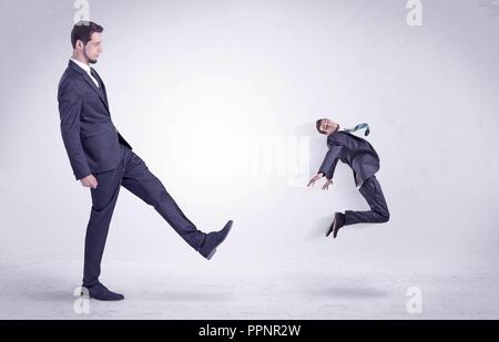 Big man kicking out peu lui-même avec du papier peint blanc simple Banque D'Images