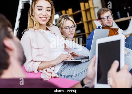 Projet de démarrage multi-ethnique colleagues discussing in office Banque D'Images