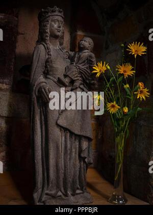 Basilique Saint-Julien de Brioude.Statue de la Vierge à l'enfant en lave de Volvic.