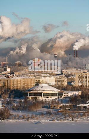 Environnement pauvres dans la ville. Désastre environnemental. Les émissions nocives dans l'environnement. La fumée et le smog. La pollution de l'atmosphère par les plantes. E Banque D'Images