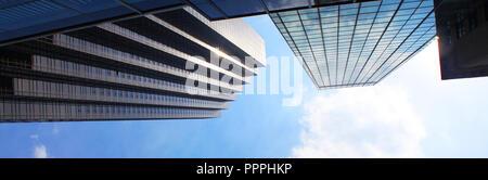 Bannière de gratte-ciel vue de dessous en fond de ciel bleu. Banque D'Images