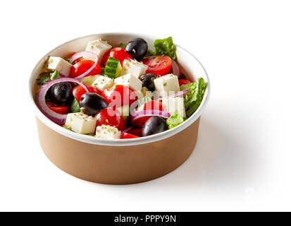 Salade grecque bol en papier pour en enlever, isolé sur fond blanc Banque D'Images