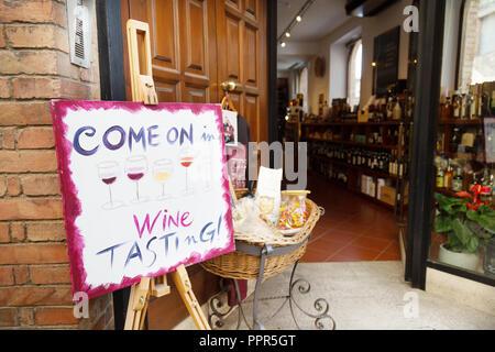 Signe extérieur d'une dégustation de vin ou de vin Enoteca, magasin, Montepulciano, Toscane Italie Europe Banque D'Images