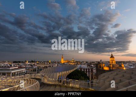 Portrait de toits de Séville au crépuscule vue depuis le Metropol parasol sur la Plaza de la Encarnacion, avec la Cathédrale illuminée et autres... Banque D'Images
