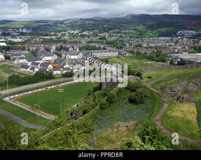 La ville écossaise de Dumbarton comme vu du haut de Dumbarton Castle sur la Clyde près de Glasgow. Les canons du château de Dumbarton est visible au centre de la photo.