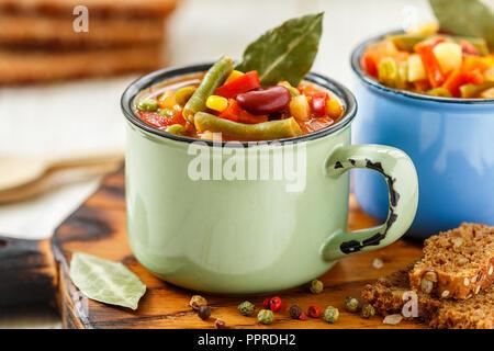 Eintopf - soupe épaisse traditionnel allemand avec viande et légumes - pommes de terre, carottes, oignons, haricots rouges et verts, le maïs et les tomates avec un assaisonnement Banque D'Images