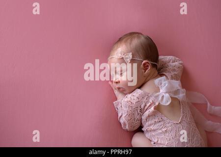 ... Une belle, dormir, Naissance bebe Fille vêtue d une dentelle rose,  dentelle 143bcda649d