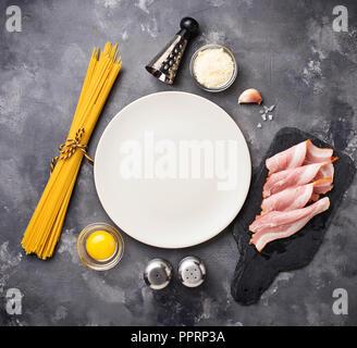Ingrédients pour la cuisson des pâtes à la Carbonara Banque D'Images