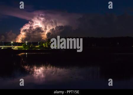 Nuage d'orage tôt le matin, en été, en août, avant le lever du soleil, la puissance de la nature background Banque D'Images